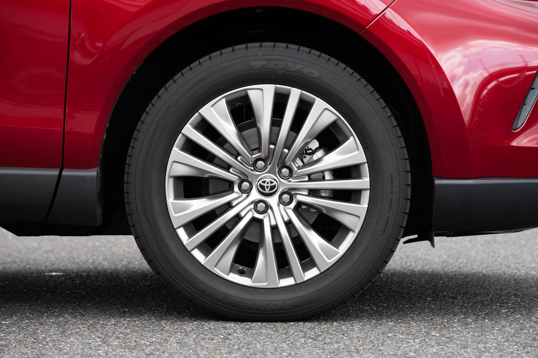 「Z」系のグレードに装着される、19インチアルミホイールと225/55R19サイズのタイヤ。