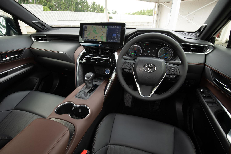 インテリアについては、上質感や包まれ感、車内全体の一体感などを重視して、各部の造形やサーフェイスなどを決定。デザインコンシャスなモデルだけに、内装色や表皮の種類も複数用意される。