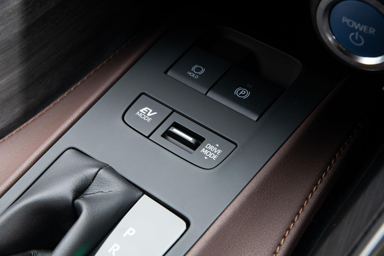 """シフトセレクターの前方、センターコンソールの奥まった位置に配置されたドライブモードなどのスイッチ類。見た目が""""ビジー""""になる機械式のスイッチは、数を減らし、かつ車内の雰囲気を壊さぬようレイアウトされた。"""