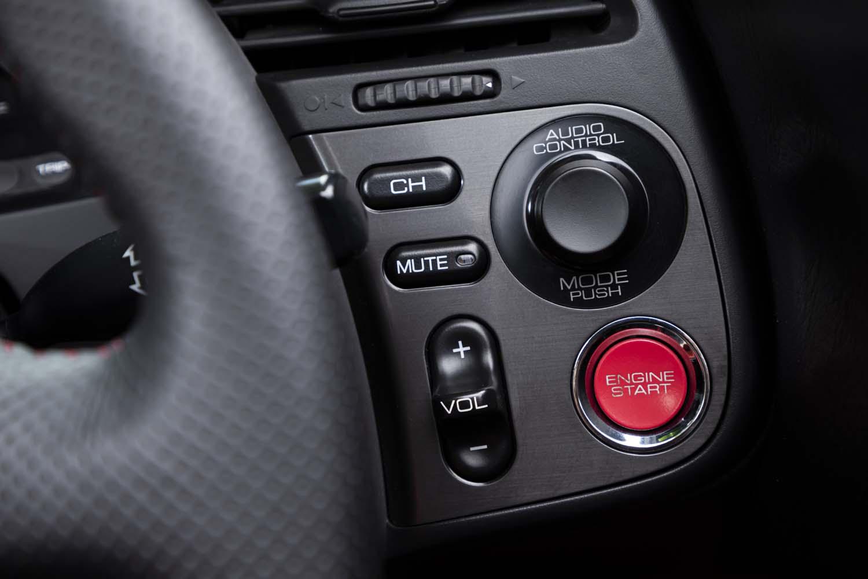 メーターパネルの右部分にはオーディオコントローラーとエンジンスタートボタンが備わる。キーレススタートには対応しておらず、まずはキーシリンダーをひねって、その後にボタンを押すとエンジンが始動する。