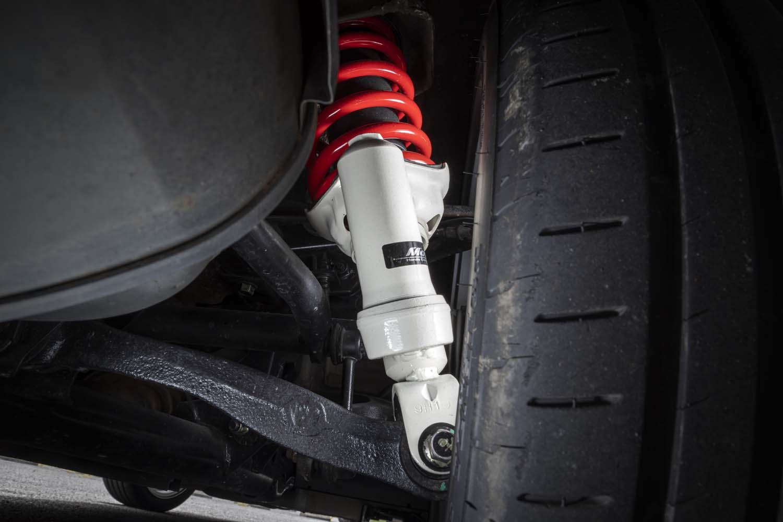 新車発売から20年の日々で進化したタイヤのパフォーマンスに対応すべくチューニングが施されたスポーツサスペンションは500セット限定。受注好調により在庫は僅少とのこと。