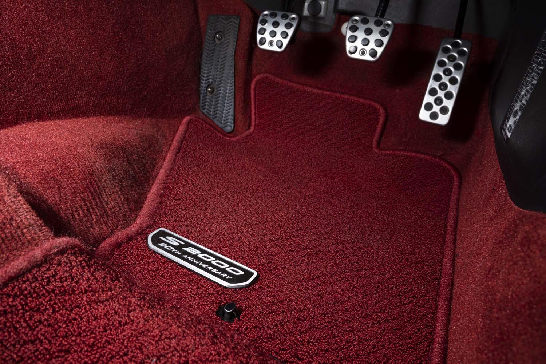 フロアカーペットマットも20周年記念バッジ付き。試乗車のレッドに加えてブラックもラインナップされている。