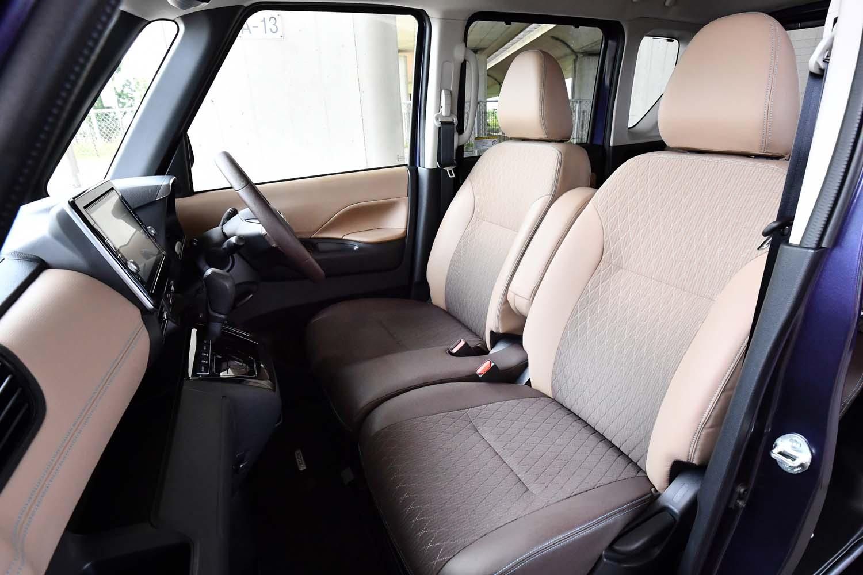 前席はウオークスルーが可能なベンチタイプ。助手席の右側肩部には、運転席側から後席の子供をケアするためのリクライニングレバーが備わる。グラデーションのかかったシートカラーは、新たな試みのひとつ。