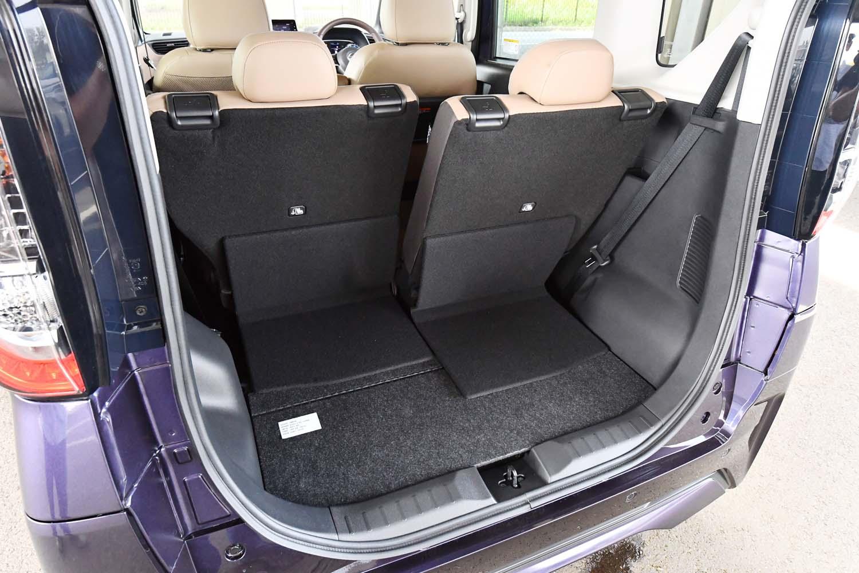 4人乗車時の荷室。後席を前後にスライドさせることで積載スペースを調節できる。奥行きは最長675mm。