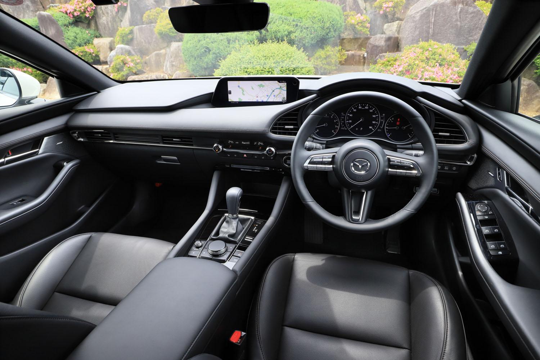 """優れた運転環境は、2012年以降に登場した""""スカイアクティブ世代""""のマツダ車に共通する美点。最新のモデルでは、骨盤を立てて座るようシートの設計が見直されるなど、さらなる乗員の負担軽減が図られている。"""