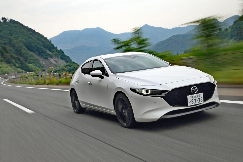「スカイアクティブX」搭載車の燃費はFFのAT仕様で17.2km/リッター(WLTCモード)。既存の2リッターガソリン車より11%ほど優れているものの、使用燃料はハイオク指定となる。