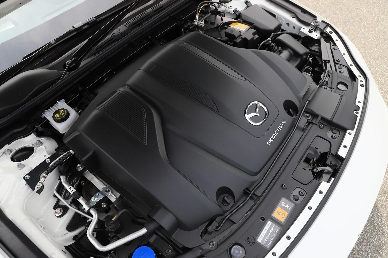 エンジンはカプセル状のカバーで覆われている。これは騒音・振動を抑制するためで、同時に保温性を高めることで実用燃費の向上を図っている。