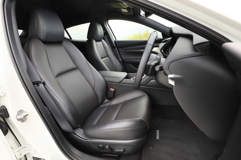 「Lパッケージ」に装備されるパーフォレーションレザーのシート。フロントシートにはヒーターや電動調整機構が備わる。色はブラックとチャコールの2色から選択可能だ。
