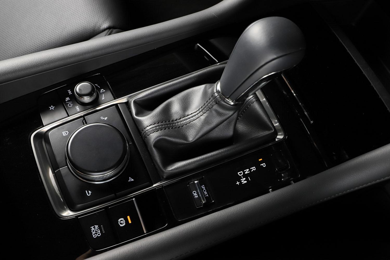 マツダでは2012年に登場した初代「CX-5」以来、自社製の2ペダル車(商用車と「ロードスター」は除く)には自社開発のトルコン式6段AT「スカイアクティブドライブ」を採用している。