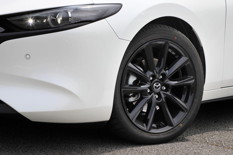 タイヤサイズは215/45R18で、東洋ゴムと共同開発した「トーヨー・プロクセスR51A」を装着。「スカイアクティブX」搭載車にはブラックメタリックのホイールが組み合わされる。