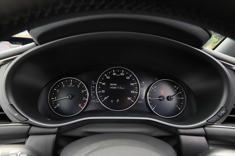 メーターはクラシックな3眼式で、中央に配されたデジタル式の速度計が、マルチインフォメーションディスプレイの機能も担っている。