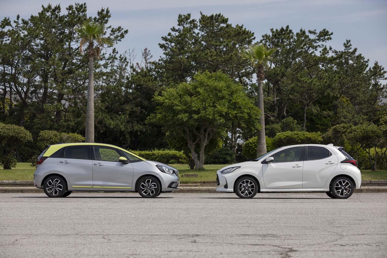 今回は、売れ筋のコンパクトカー「ホンダ・フィット」(写真左)と「トヨタ・ヤリス」(同右)のハイブリッド車に試乗した。駆動方式はともにFF。