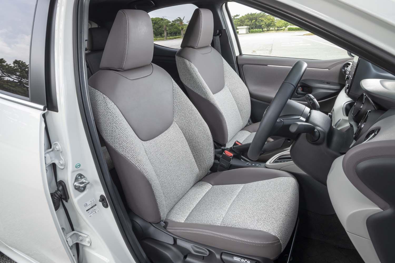 合成皮革とツイード調ファブリックで仕立てられた、試乗車「ヤリス ハイブリッドZ」のシート。この表皮は1万1000円のオプションとして選択可能。