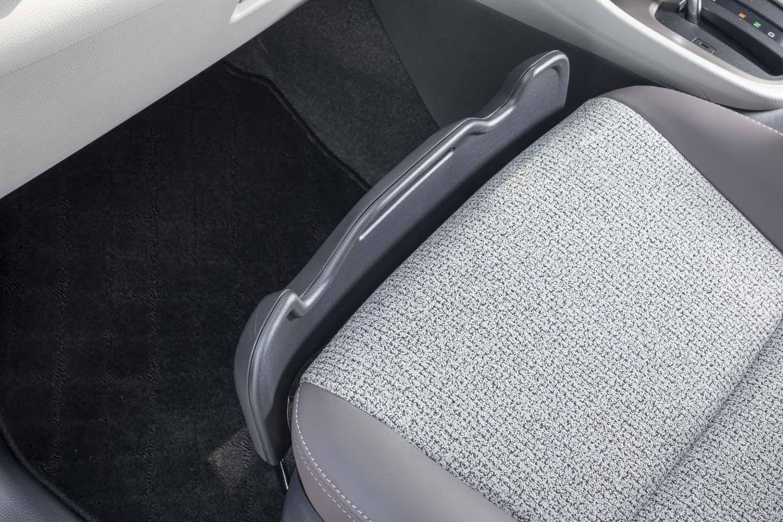 「ヤリス ハイブリッドZ」に標準装備される「買い物アシストシート」。助手席前方の格納式ストッパーを引き出すことで、シートに置いた荷物を安定させられる。