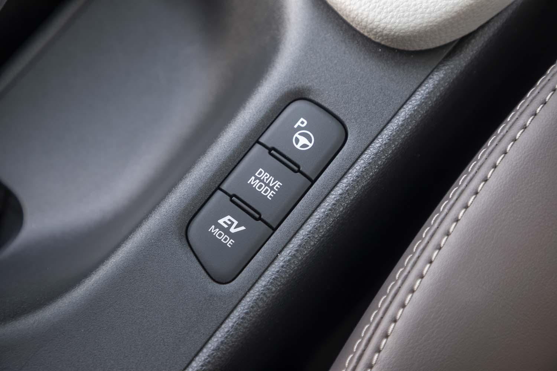 走行モードのセレクターや駐車支援システムのスイッチは、パーキングブレーキレバーのそばにレイアウトされている。