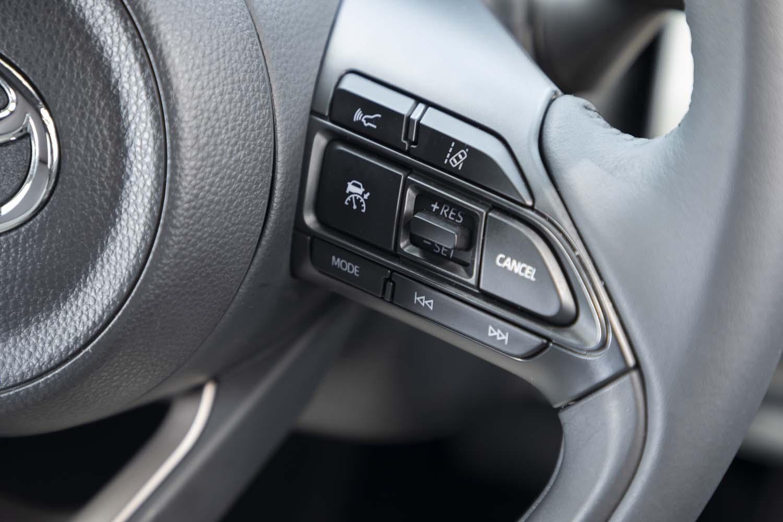 先進運転支援システム「Toyota Safety Sense」は「ヤリス」全車に標準装備される。写真はその操作スイッチ。