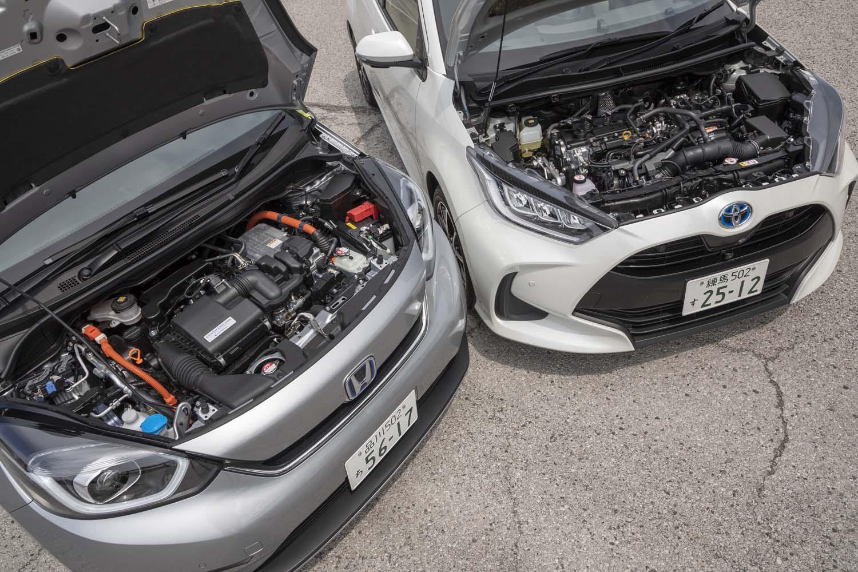 「フィットe:HEVネス」(写真左)と「ヤリス ハイブリッドZ」(同右)のハイブリッドユニットは、ともに1.5リッターエンジンがベース。ただし、前者が4気筒で後車が3気筒というちがいがある。