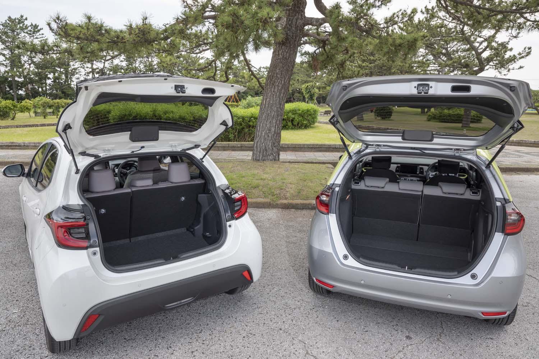ユーティリティー性は「フィット」の大きな強み。5人乗車時の荷室容量は、写真右の「フィットe:HEVネス」が306リッター(床下サブスペース含む)で、写真左の「ヤリス ハイブリッドZ」が257リッター(デッキボード下段使用時)。