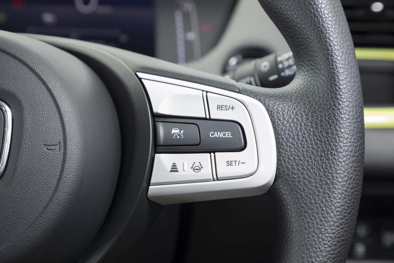 先進運転支援システム「ホンダセンシング」は、新型「フィット」全車に搭載されている。その操作スイッチはステアリングホイールのスポーク部に配される。