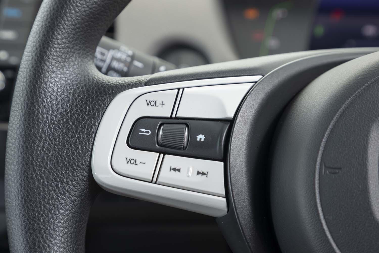 2本スポークステアリングホイールの左側スポークには、オーディオの操作スイッチが並ぶ。