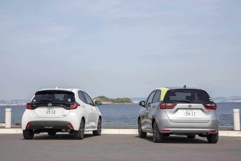 今回、「フィットe:HEVネス」(写真右)では約500kmの距離を試乗。燃費は満タン法で18.6km/リッター、車載の計測器で19.5km/リッターを記録した。対する「ヤリス ハイブリッドZ」(同左)の試乗距離は520kmほどで、燃費は満タン法で21.5km/リッター、車載の計測器で21.9km/リッターとなった。