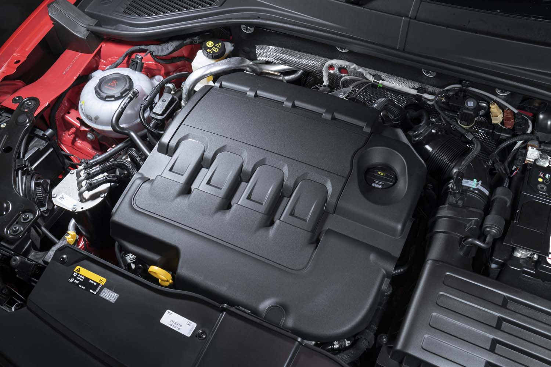 最高出力150PS、最大トルク340N・mの2リッターディーゼルターボエンジンを横置きで搭載。驚くような加速力はないが、極めて実直に仕事をするエンジンだ。