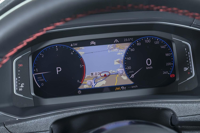 「Tクロス」ではオプションとなっている液晶メーターと純正ナビゲーションは、「Tロック」では全車に標準装備となっている。