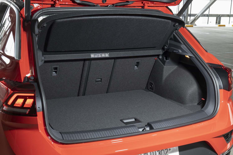 5人乗車時の荷室容量は445リッター。この状態でも機内持ち込み可能なスーツケースが5個、またはゴルフバッグを横向きに2個搭載できる。