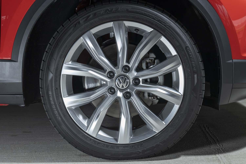 「TDIスポーツ」では18インチのタイヤ&ホイールが標準。試乗車はファルケンのSUV向けフラッグシップタイヤ「アゼニスFK453CC」を履いていた。