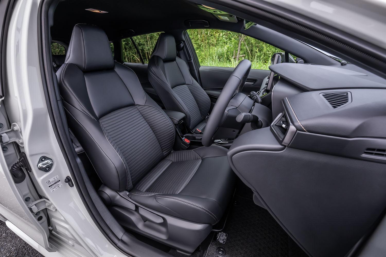 「W×B」グレードのシート表皮は合成皮革+レザテックのコンビネーションで、ブラック(写真)が標準仕様となる。試乗車はステアリングヒーターと運転席/助手席シートヒーターのセットオプション(2万7500円)を装着していた。