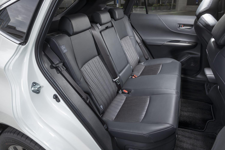 「スタイル優先で割り切った」とうたわれているが、後席にも十分なスペースが充てられている。