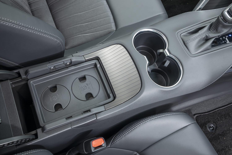 コンソールボックスの中にはカップホルダーの深さを調節できる落としぶたが収納されている。このあたりの配慮がトヨタらしさだ。