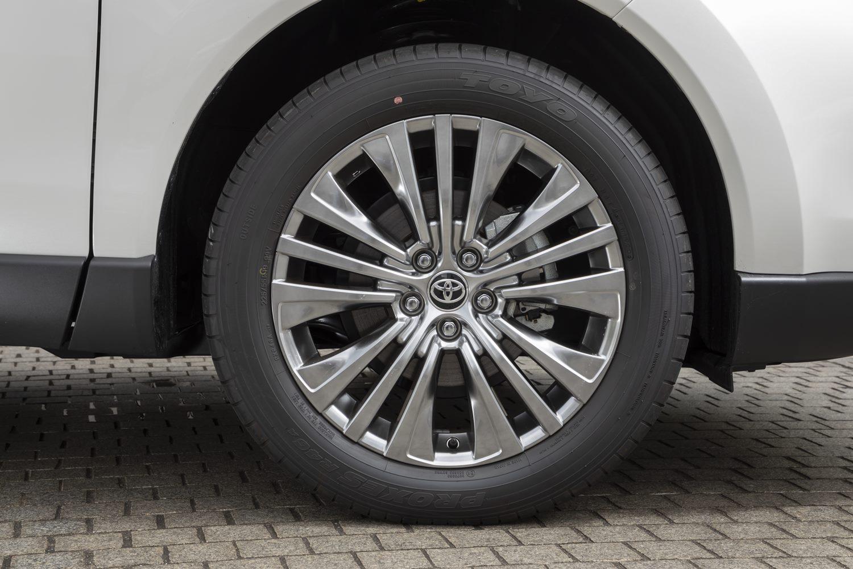 """タイヤ&ホイールは「Z」が19インチで「G」が18インチ(いずれも""""レザーパッケージ""""を含む)、「S」が17インチを履く。"""