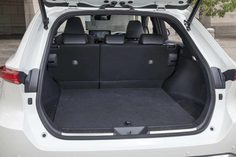 ラゲッジスペースの容量も割り切ったとされているが、5人乗車時でもゴルフバッグを3個搭載できる。