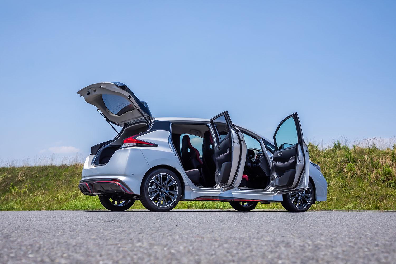 「日産リーフNISMO」のボディーサイズは全長×全幅×全高=4510×1790×1570mm、ホイールベース=2700mm。車重は1520kgと発表されている。ルーフアンテナの仕様変更に伴い、車高が従来型よりも20mm高くなった。