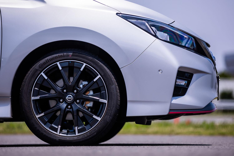 専用デザインの18インチアルミホイールに、225/45R18サイズの「コンチネンタル・コンチスポーツコンタクト5」タイヤが装着されるのは従来型と同様。
