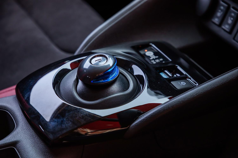 ガンメタリックのシフトセレクターは「リーフNISMO」の専用アイテム。走行モードは標準車と同様に、計8パターンから選択できる。