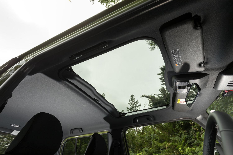 全グレード標準装備となる「スカイフィールトップ」。ルーフがキャビンの前方まで伸びたスタイリングとも相まって、ガラスルーフは前席乗員の視界に入りやすい位置まで広がっており、車内に相当な開放感をもたらしている。