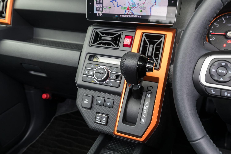 シフトセレクターはレバー式で、センタークラスターに配置。トランスミッションはターボ車が最新の「D-CVT」、自然吸気モデルがコンベンショナルな3軸CVTとなっている。