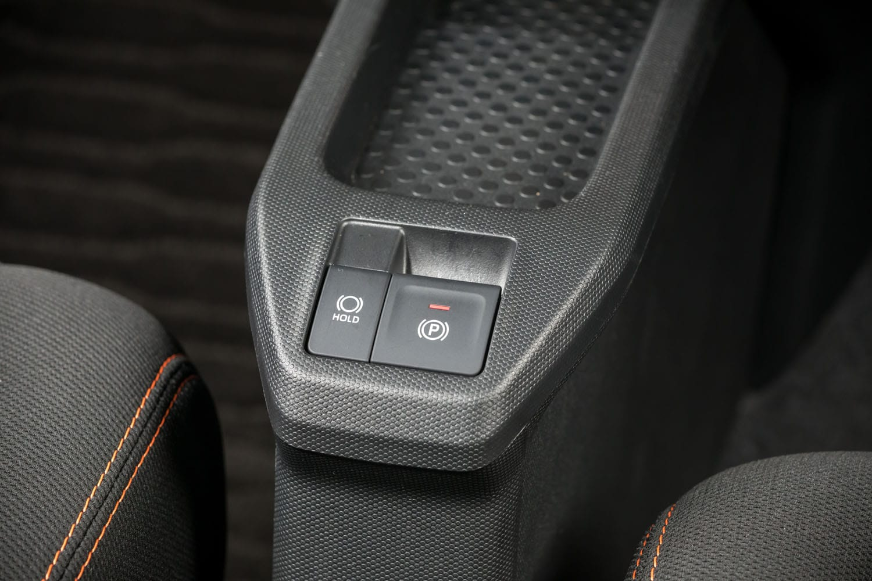 ダイハツ車としてはこれが初採用となる電動パーキングブレーキ。指一本でパーキングブレーキの操作が可能で、もちろんオートホールド機能も備わっている。