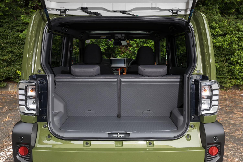 荷室については、防汚性の高い樹脂製のパネルを用いたり、外したフロアボードをしっかり固定しておけるようにしたりと、各部に細やかな配慮がなされている。一方で、後席にスライド機構がなかったり、フルフラットに後席を格納するにはヘッドレストを外す必要があったりといったウイークポイントも見られる。