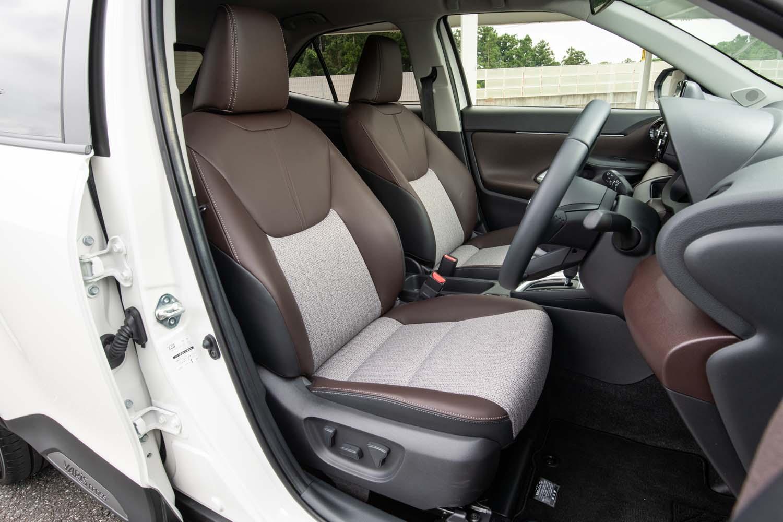 最上級の「Z」グレードではツイード調ファブリックと合皮を組み合わせた内装が標準。前席にはシートヒーターが備わるほか、運転席にはさらに6ウェイの電動調整機構も搭載される。
