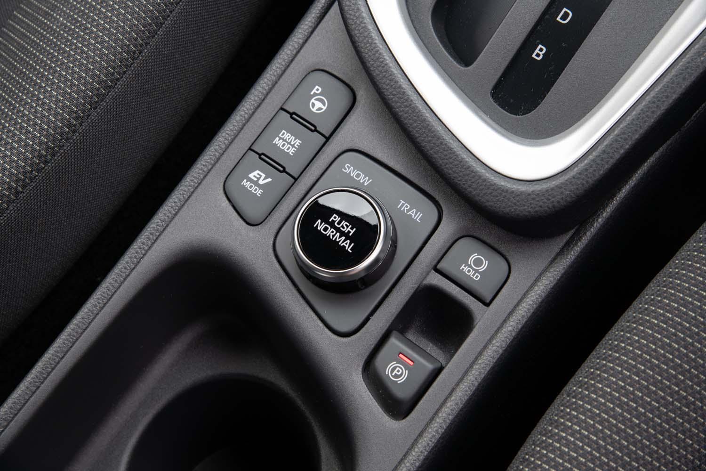 4WDシステムはハイブリッド車が後輪をモーターで回す「E-Four」で、純ガソリン車がトルクスプリット型の「ダイナミックトルクコントロール4WD」。シフトセレクターの後方にモードセレクターがレイアウトされる。