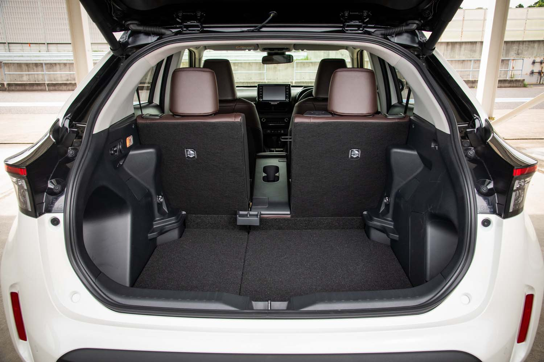 荷室の容量は後席使用時で390リッター。後席背もたれの4:2:4分割機構とリアゲートのハンズフリー開閉機構はトヨタのコンパクトSUVとしては初採用だ。