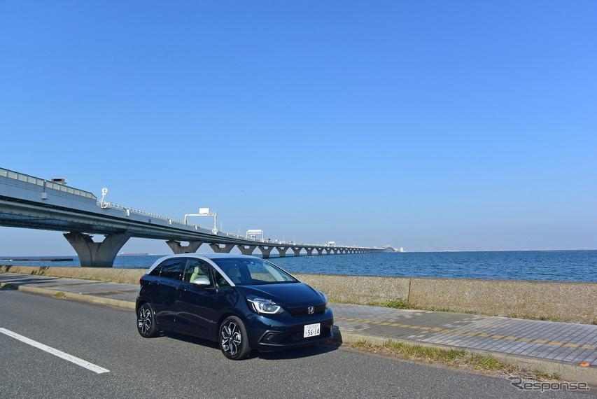 ホンダ フィット HOME。東京湾をバックに。
