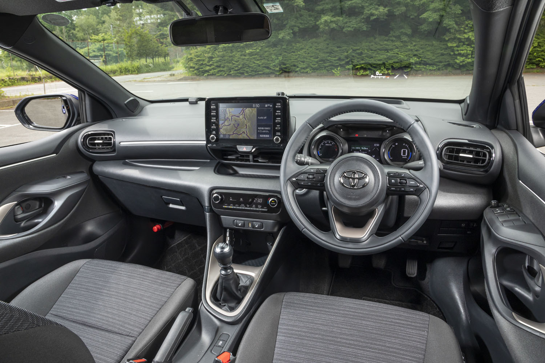 シフトノブまわり以外のインテリアデザインは、CVT搭載車に準じたもの。スマートフォンとの連携が可能なディスプレイオーディオは「ヤリス」全車で標準装備となる。
