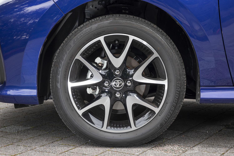試乗車は、オプションの185/55R16タイヤと切削光輝+ブラック塗装/センターオーナメント付き16×6Jアルミホイールを装着していた。標準仕様では185/60R15サイズのタイヤと15×6Jスチールホイールの組み合わせとなる。