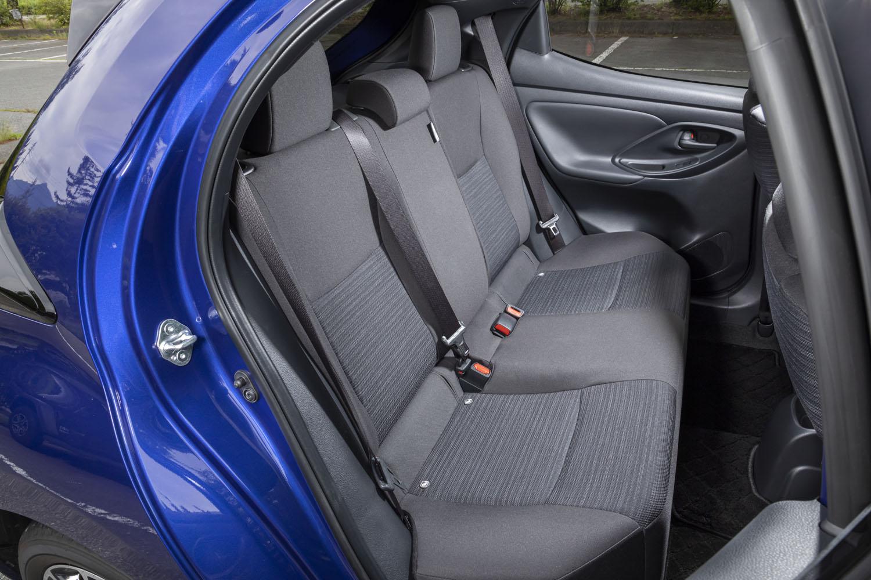 後席の背もたれには、60:40の分割可倒機構が備わる。「上級ファブリック」と呼ばれる写真のブラック系シート表皮が標準設定となるが、ベージュ系「クレアトープ」色も選択できる。