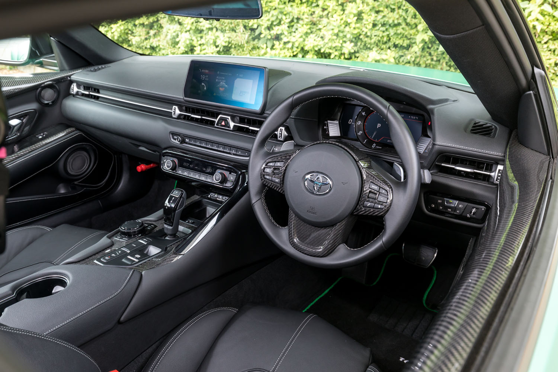 インテリアでは各所にカーボン製のガーニッシュを採用。シートはベース車と同じだが、オプションでさまざまな表皮への張り替えも可能なバケットシートを用意している。