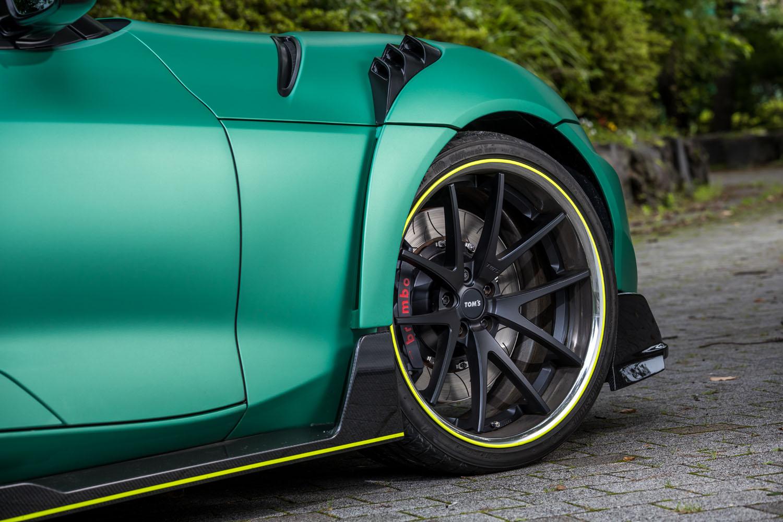 足元の仕様はTOM'Sオリジナルの20インチ鍛造ホイールと、ブリヂストンのスポーツタイヤ「ポテンザS007A」の組み合わせだ。